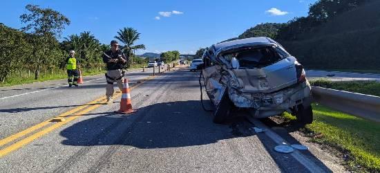 Acidente entre carros deixa feridos na BR-101, em Silva Jardim