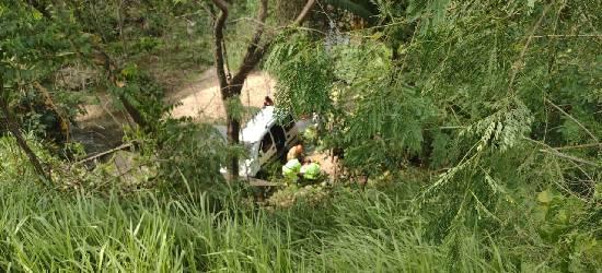 Bebê é ejetado para fora de um carro em acidente na BR-101