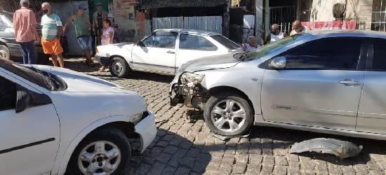 Bebê fica ferido após colisão entre carros em Rio Bonito
