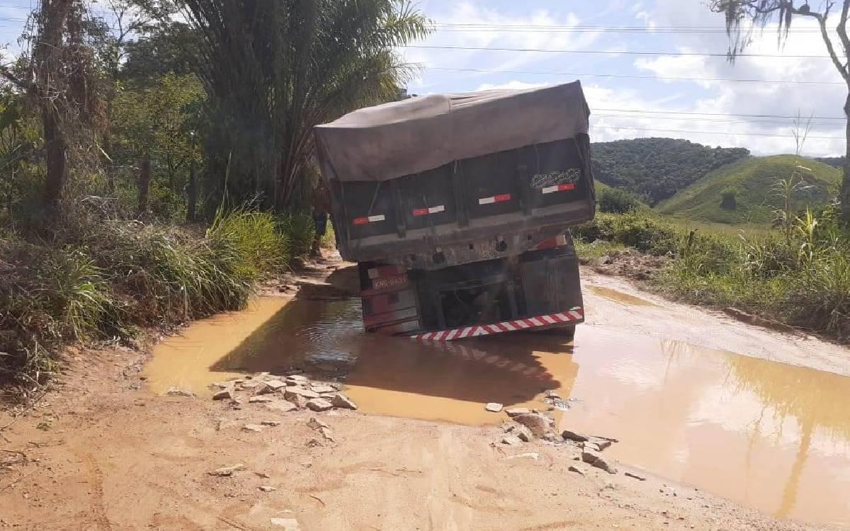 Caminhão atola devido às condições precárias de estrada em Silva Jardim