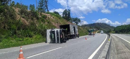Caminhão-baú tomba e deixa dois feridos na BR-101 em Rio Bonito