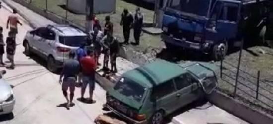 Caminhão perde freios e quebra muro da UPA de Rio Bonito