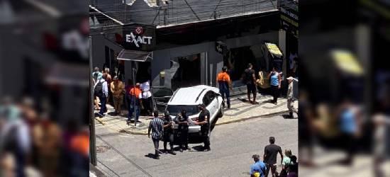 Carro atropela duas pessoas no Centro de Rio Bonito