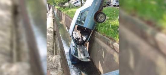 Carro cai em canal no Centro de Rio Bonito