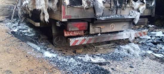 Criminosos roubam caminhão na BR-101 em Silva Jardim