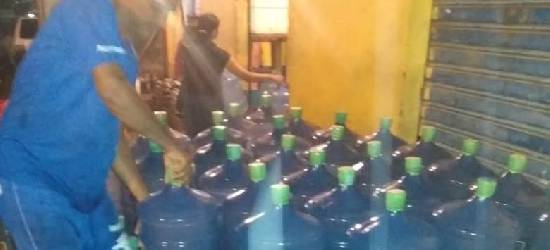 Empresa doa galões de água mineral para desalojados de Rio Bonito