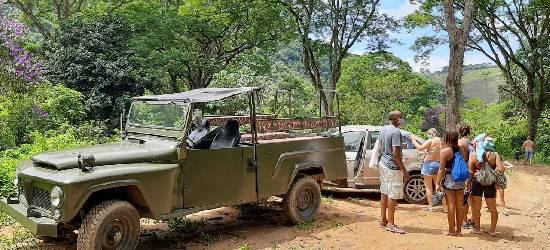 Empresa oferece rotas de turismo a bordo de carro militar, em Rio Bonito