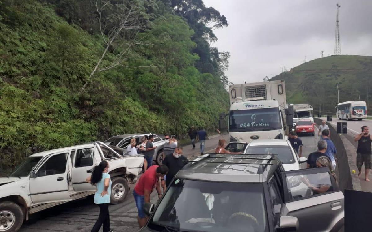 Engavetamento envolvendo 10 veículos deixa feridos na BR-101 em Silva Jardim