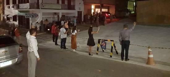 Evangélicos fazem corrente de oração em frente a hospital de Rio Bonito