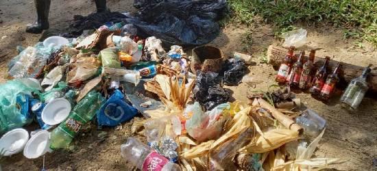 Grande quantidade de lixo é retirada às margens de rio em Silva Jardim