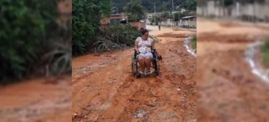 Jovem cadeirante sofre com lama e buracos na rua de casa em Silva Jardim