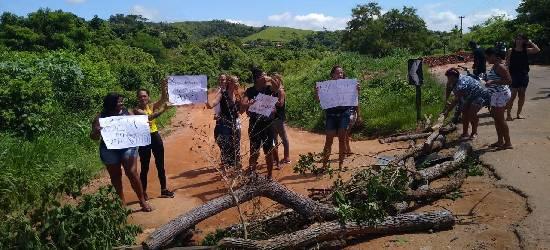Moradores fazem manifestação e pedem reforma de ponte interditada em Rio Bonito