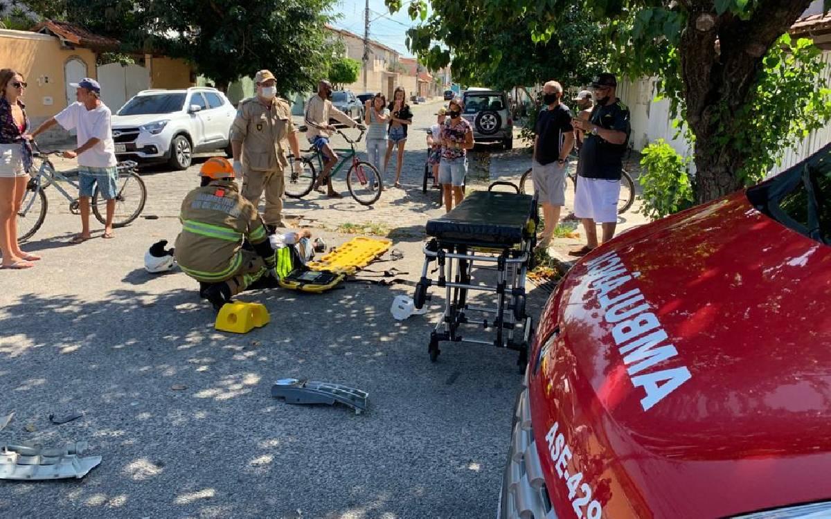 Motociclista fica ferido após colidir contra carro, em Cabo Frio