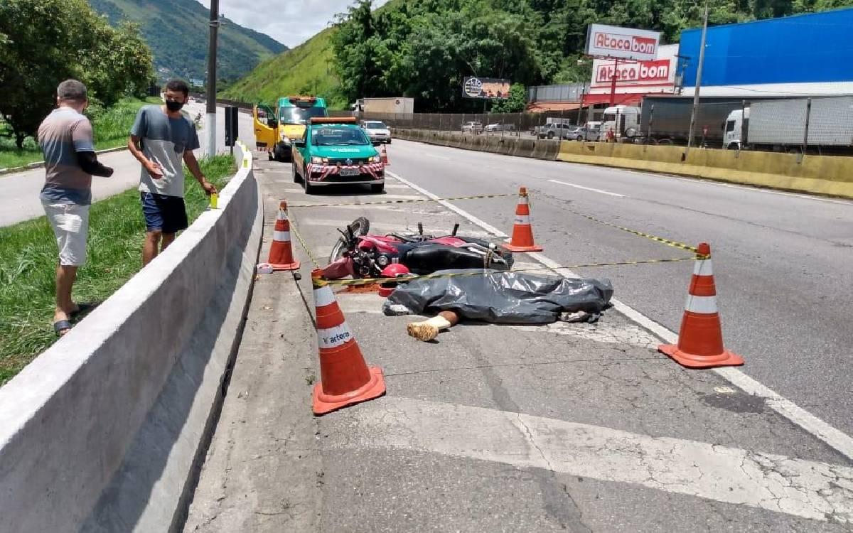 Motociclista morre em acidente na BR-101 em Rio Bonito