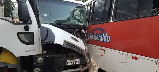 Motorista de caminhão fica preso às ferragens após bater em ônibus em Rio Bonito