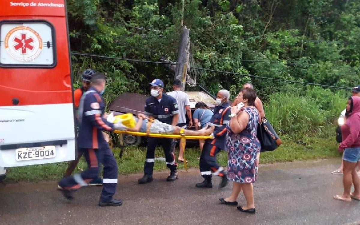 Motorista perde controle da direção e bate em poste em Silva Jardim