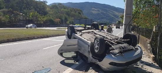 Motorista perde controle da direção e capota com o carro na Via Lagos