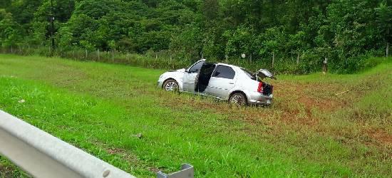 Motorista perde controle da direção e sai da BR-101, em Silva Jardim