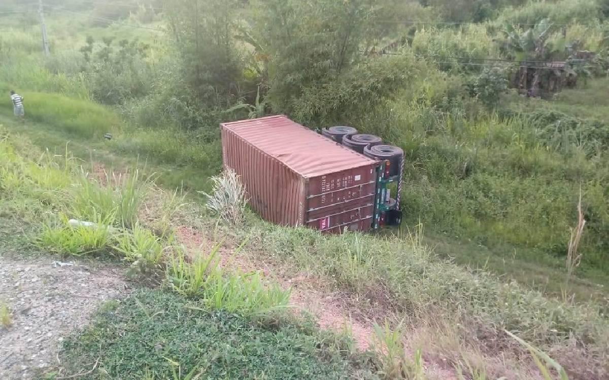 Parte traseira de carreta bitrem tomba na BR-101, em Silva Jardim