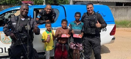 PMs distribuem caixas de bombons para crianças carentes em Silva Jardim
