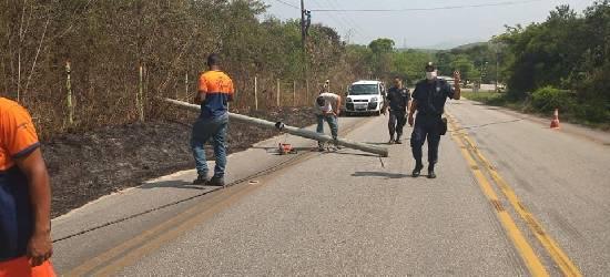 Poste cai e deixa RJ-140 parcialmente interditada, em Silva Jardim