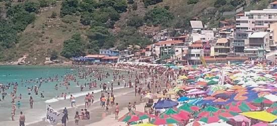 Praias ficam lotadas nesta terça-feira de Carnaval em Arraial do Cabo