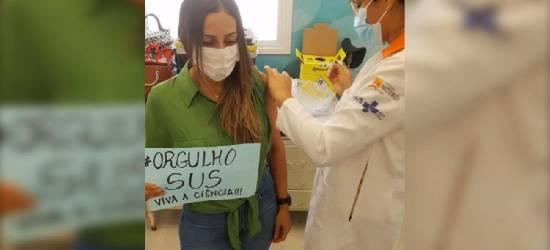 Secretária de Saúde de Rio Bonito é vacinada e debocha da elite na internet