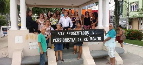Sem salários, aposentados de Rio Bonito se mobilizam para arrecadar doações