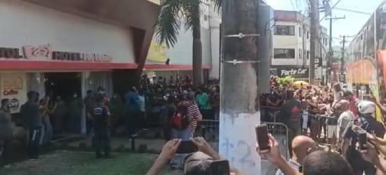 Torcedores se aglomeram na chegada do Flamengo em Rio Bonito