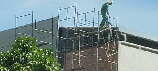 Trabalhadores se arriscam em obra de reforma de templo em Rio Bonito