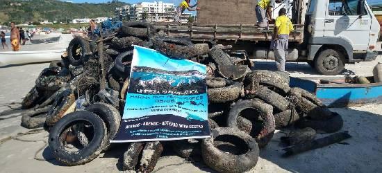 Voluntários retiram dezenas de pneus do mar de Arraial do Cabo
